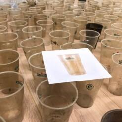 plastic bekers en bierglazen